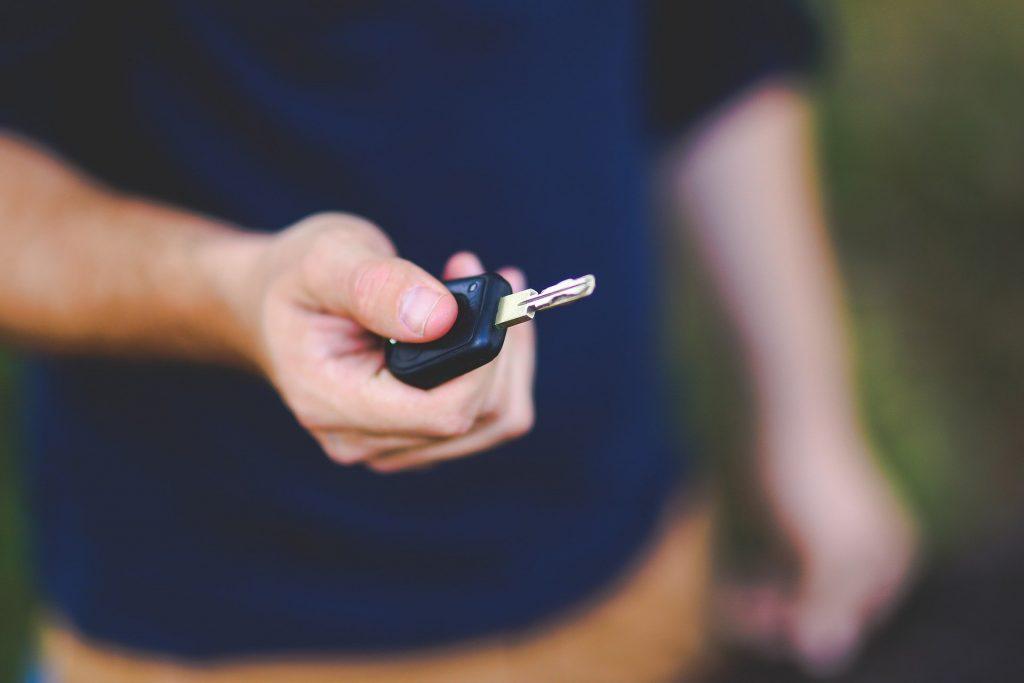 Autopůjčovna osobních aut a dodávek. Nymburk, Poděbrady a okolí. Muž s klíčem od auta.
